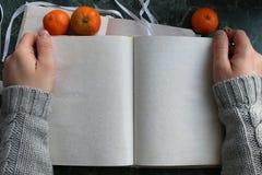 Las páginas abrieron el libro del vintage en encimera de mármol verde Fotos de archivo libres de regalías
