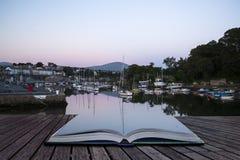 Las páginas creativas del concepto del pueblo pesquero del libro abrigan los soles de la marea Imagenes de archivo
