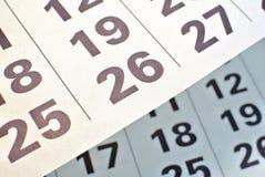 Las páginas del calendario se cierran para arriba imagen de archivo
