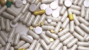 Las píldoras de la medicina se cierran para arriba almacen de video