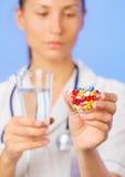 Las píldoras, las tablillas y las drogas apilan en mano del doctor Fotos de archivo libres de regalías