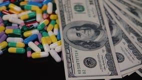 Las píldoras médicas están en los dólares Drogas costosas, negocio farmacéutico El desarrollo y la producción de drogas almacen de video
