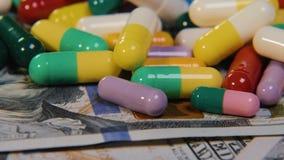 Las píldoras médicas están en los dólares Drogas costosas, negocio farmacéutico El desarrollo y la producción de drogas almacen de metraje de vídeo