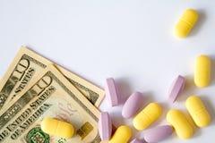 Las píldoras médicas están en un dinero imagen de archivo