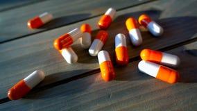 Las píldoras médicas vertieron en la tabla, en la cámara lenta almacen de video
