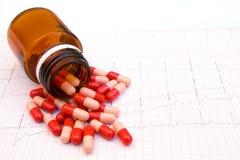 Las píldoras rojas levantan el ritmo cardíaco imagenes de archivo