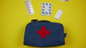 Las píldoras se están moviendo al equipo de primeros auxilios Un sistema de las medicinas necesarias para el hogar y el viaje Par almacen de video