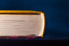 Las p?ginas del libro se cierran para arriba en un fondo oscuro foto de archivo libre de regalías