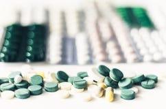 Las p?ldoras o las c?psulas de la medicina ampollan el paquete en el fondo blanco con el espacio de la copia Prescripci?n de la d imagen de archivo libre de regalías