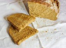 las paces del pan hecho en casa ponen contra el fondo blanco Foto de archivo libre de regalías