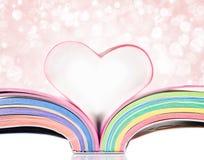Las paginaciones de un libro curvaron en una dimensión de una variable del corazón fotografía de archivo