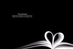 Las paginaciones en blanco blancas del libro curvadas modificaron dimensión de una variable del corazón Fotos de archivo libres de regalías