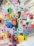Las pajareras coloridas hermosas en el centro de ciudad de Lviv, Reino Unido Fotografía de archivo libre de regalías