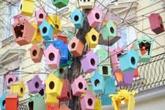 Las pajareras coloridas hermosas en el centro de ciudad de Lviv, Reino Unido Fotos de archivo libres de regalías