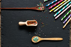 Las pajas de beber y el azúcar asperjan puntos Foto de archivo libre de regalías
