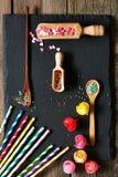 Las pajas de beber y el azúcar asperjan puntos Fotos de archivo