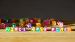 Las palabras de la frase tienen poder en una superficie de madera de bloques cuadrados coloreados fotos de archivo libres de regalías