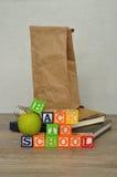 Las palabras de nuevo a escuela deletrearon con los bloques coloridos del alfabeto Fotos de archivo