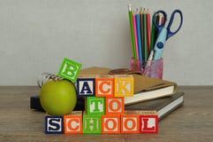 Las palabras de nuevo a escuela deletrearon con los bloques coloridos del alfabeto Fotografía de archivo libre de regalías