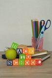 Las palabras de nuevo a escuela deletrearon con los bloques coloridos del alfabeto Fotografía de archivo