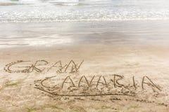 Las palabras Gran Canaria escrito en la arena de la playa fotografía de archivo