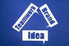 Las palabras idea, trabajo en equipo y marca en burbujas del discurso Imagen de archivo libre de regalías