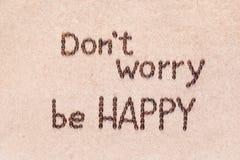 Las palabras no se preocupan para ser felices que escrito con los granos de caf?, tir? desde arriba imágenes de archivo libres de regalías