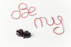 Las palabras sean mi tarjeta del día de San Valentín con los corazones del chocolate Fotos de archivo libres de regalías