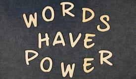 Las palabras tienen poder en bloques de palabras de madera foto de archivo