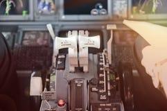 Las palancas de válvula reguladora, alistan para ir Carlinga del avión de pasajeros del jet Foto de archivo libre de regalías