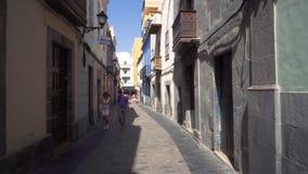 Las Palmas de Gran Canaria, España - 25 de febrero de 2019: caminando en un callejón estrecho en Vegueta, Las Palmas de Gran Cana almacen de metraje de vídeo