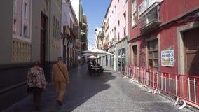 Las Palmas de Gran Canaria, España - 25 de febrero de 2019: caminando en una calle en Triana, Las Palmas de Gran Canaria almacen de metraje de vídeo