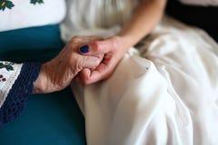 Las palmas de la novia y de su abuela imágenes de archivo libres de regalías