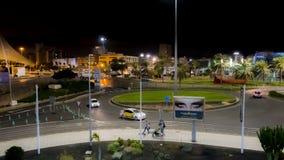 LAS PALMAS, GROTE CANARIA/SPANJE - FEBRUARI 19 2018: DE STADSmening VAN DE LAS PALMASnacht VERKEER BIJ ROND stock footage