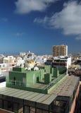 Las Palmas Islan amarillo magnífico capital de los hoteles de las propiedades horizontales de la opinión del tejado Fotografía de archivo