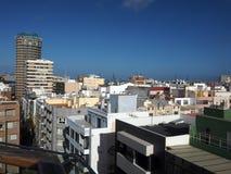 Las Palmas Islan amarillo magnífico capital de los hoteles de las propiedades horizontales de la opinión del tejado Imagen de archivo