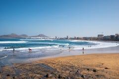 Las Palmas, Spanien - 3. März 2019: Surfer in Las-canteras setzen, Las Palmas de Gran Canaria Spanien auf den Strand stockbild