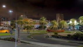 LAS PALMAS UROCZYSTY CANARIA, HISZPANIA, LUTY,/- 19 2018: LAS PALMAS nocy miasta widok RUCH DROGOWY PRZY ROUND WOKOŁO zdjęcie wideo