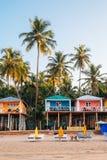 Las palmeras y la casa de planta baja tropicales en Palolem varan, Goa, la India fotos de archivo