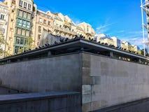 Las palomas alinean el tejado del taller Brancusi cerca de Centre Pompidou, París, Francia Foto de archivo libre de regalías