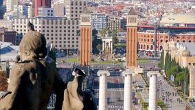 Las palomas se reúnen y se sientan en la estatua Barcelona, España Un día soleado ordinario, fondo, ciudad, ilustraciones almacen de metraje de vídeo