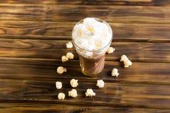 Las palomitas del caramelo con cacao azotaron la crema Imagen de archivo libre de regalías
