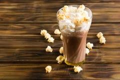 Las palomitas del caramelo con cacao azotaron la crema Fotografía de archivo libre de regalías