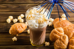 Las palomitas del caramelo con cacao azotaron la crema y los cruasanes Fotografía de archivo libre de regalías