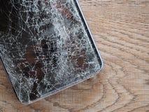 Las pantallas de Smartphone se rompen de la tierra el caer y espacian el acuerdo con el concepto de tecnología del accidente, seg imágenes de archivo libres de regalías