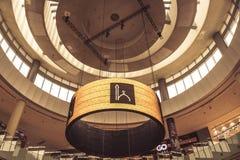 Las pantallas en la alameda de Dubai durante la llamada para ruegan fotos de archivo