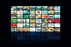 Las pantallas que formaban multimedias grandes difundieron la pared video foto de archivo