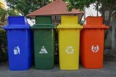 Las papeleras de reciclaje cuatro coloridas, azul, verde, amarillo, rojo fotografía de archivo libre de regalías