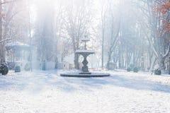 Las paradas de la fuente y del advenimiento de Zrinjevac parquean en Zagreb en invierno con la nieve y la sol, Croacia, Europa Imagen de archivo libre de regalías