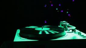 Las paradas de un jugador de disco de vinilo y la aguja vuelve a su lugar almacen de video